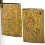 Спичечница карманная, украшенная гравированным поясным изображением военного в форме 1870-х.