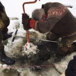 Первый этап работ - изготовление лунки во льду озера