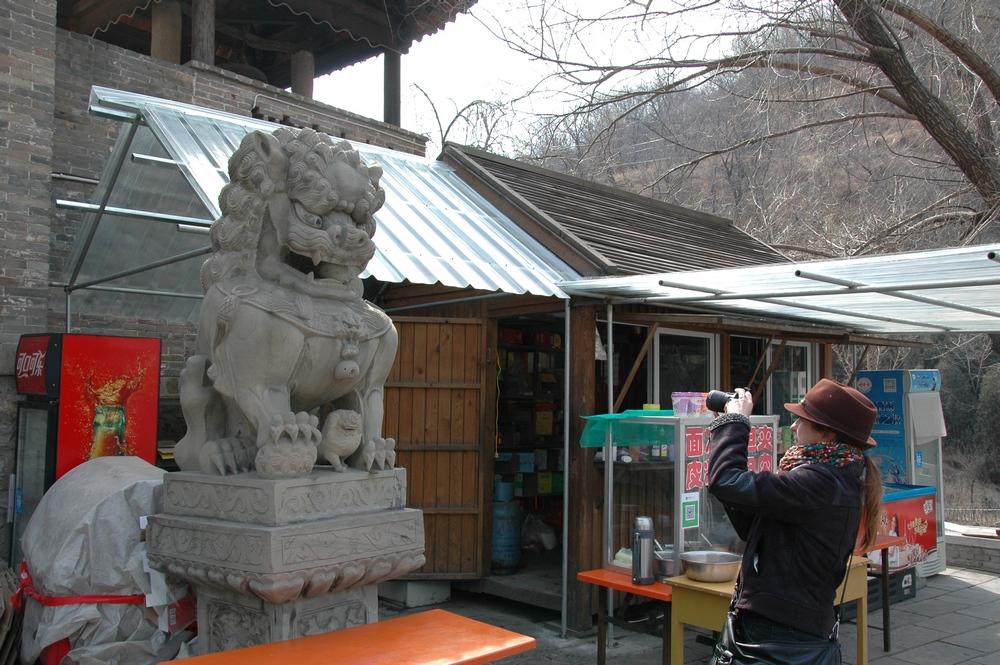 Каменный лев у входа в храм Гуаньинь