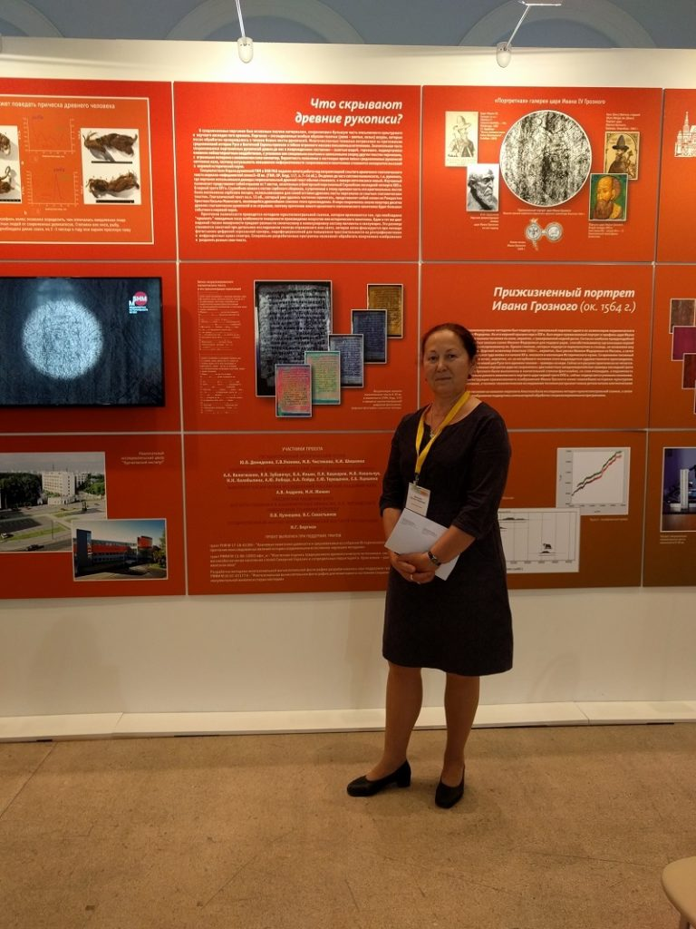Н.И. Шишлина на фоне стенда Исторического музея